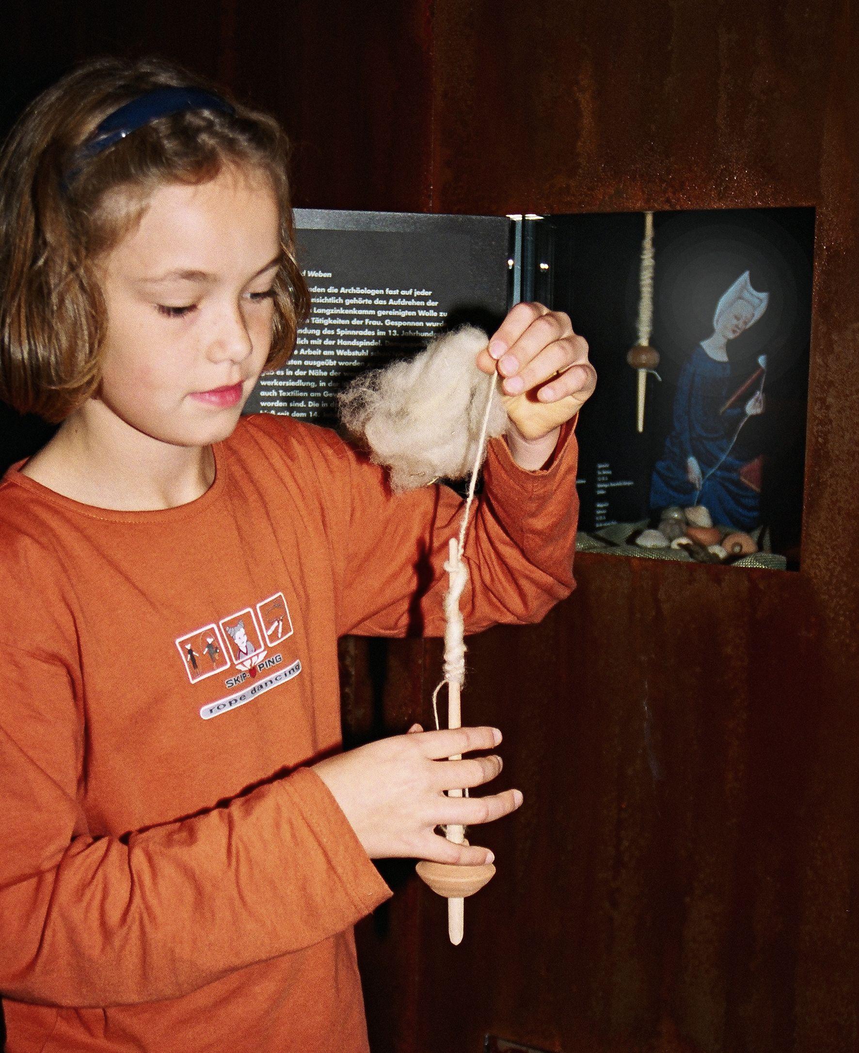 Über die frühmittelalterliche Textilherstellung erfahren die Kinder im Museum in der Kaiserpfalz. Foto: LWL
