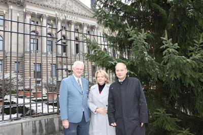 Übergabe des Weihnachtsbaumes durch den Landesbeauftragten Dr. Hans-Ingo Schliwienski an die Bundesratspräsidentin Hannelore Kraft und den Direktor beim Bundesrat Gerd Schmitt
