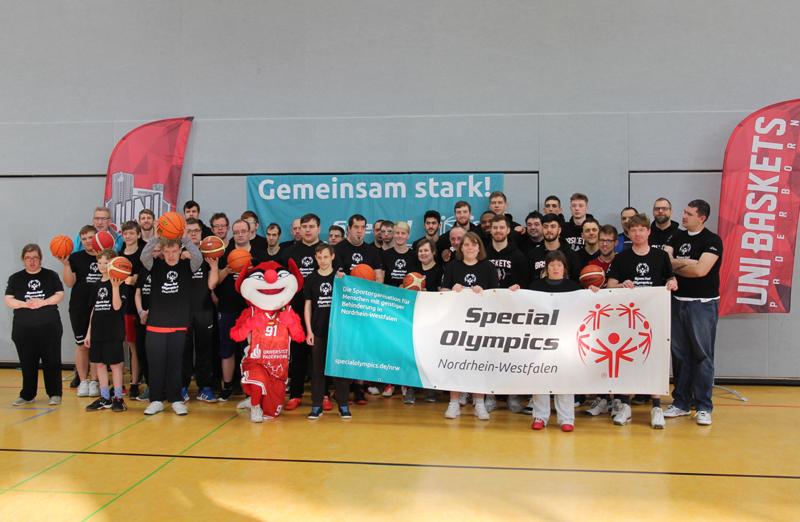 Special Olympics NRW Basketballer trainieren mit den Uni Baskets Paderborn