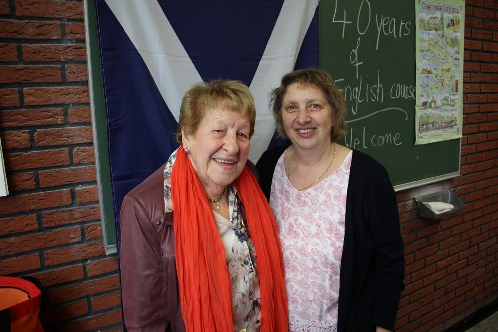 Zwei Damen vor einer Tafel.