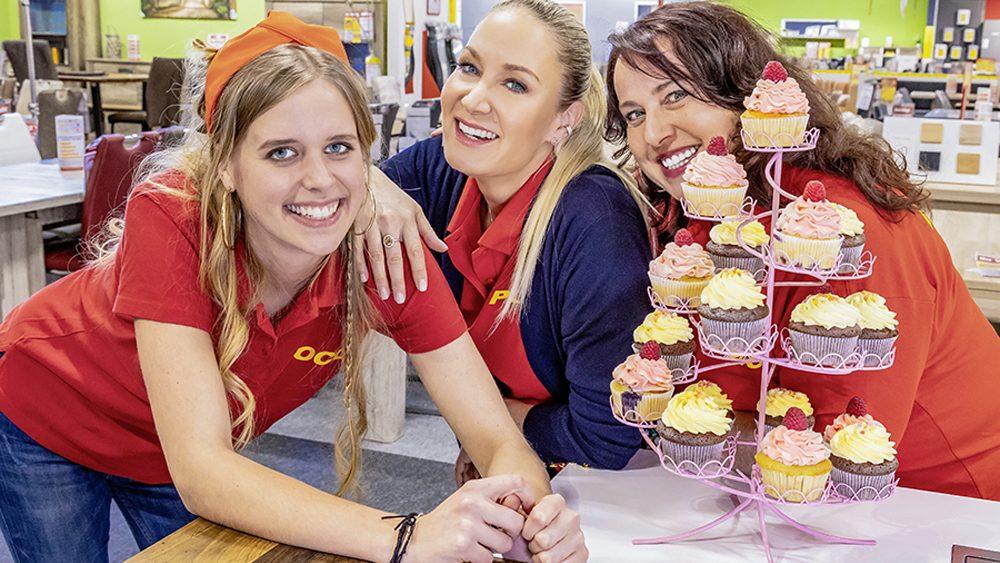 Drei Damen die lächeln.