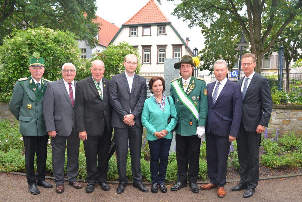 Gruppenfoto vor Gedenkstein.