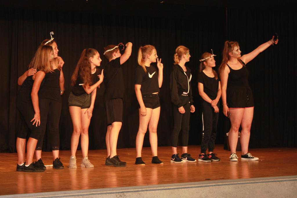 Schüler auf der Bühne.