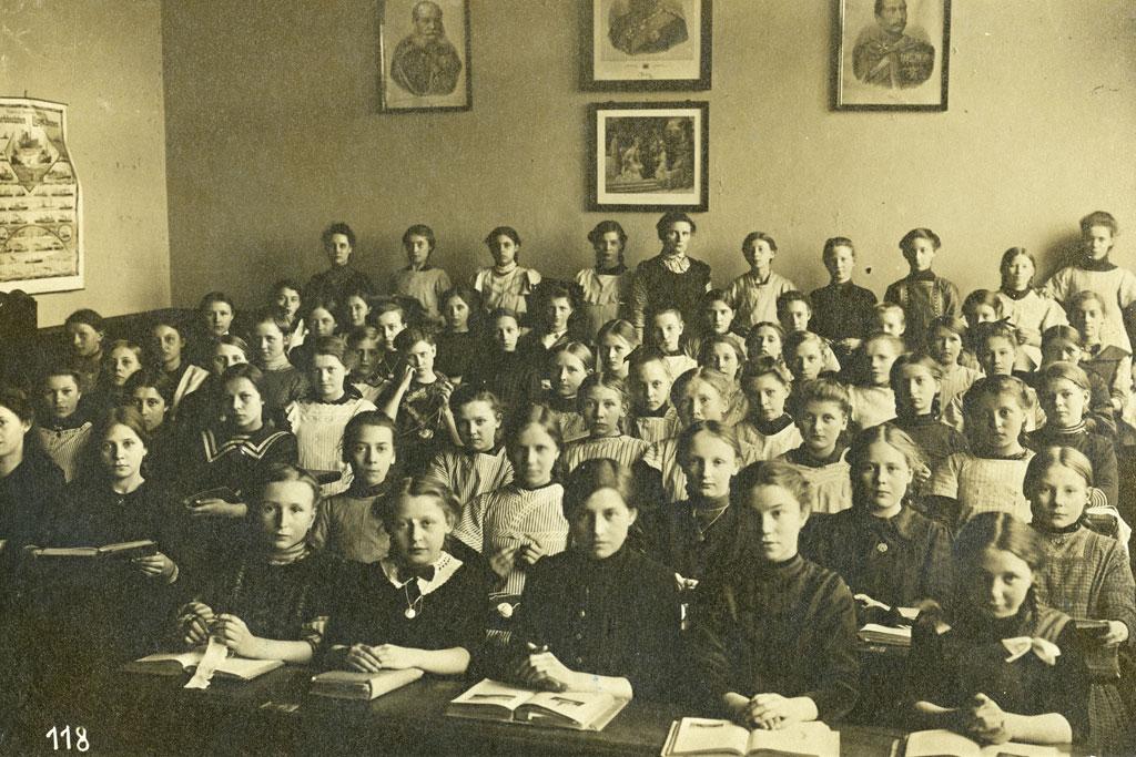 Klassenraum mit sitzenden Schülern.