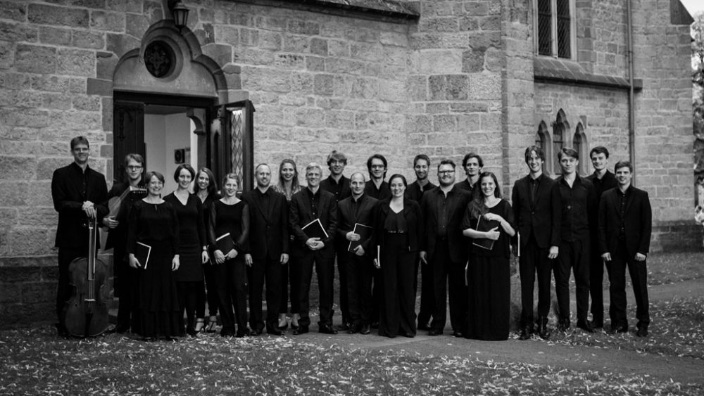Gruppenfoto des Seicento vocale Chors vor einer Kirche.