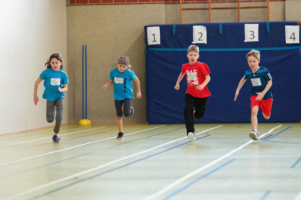 Vier Kinder beim Laufen