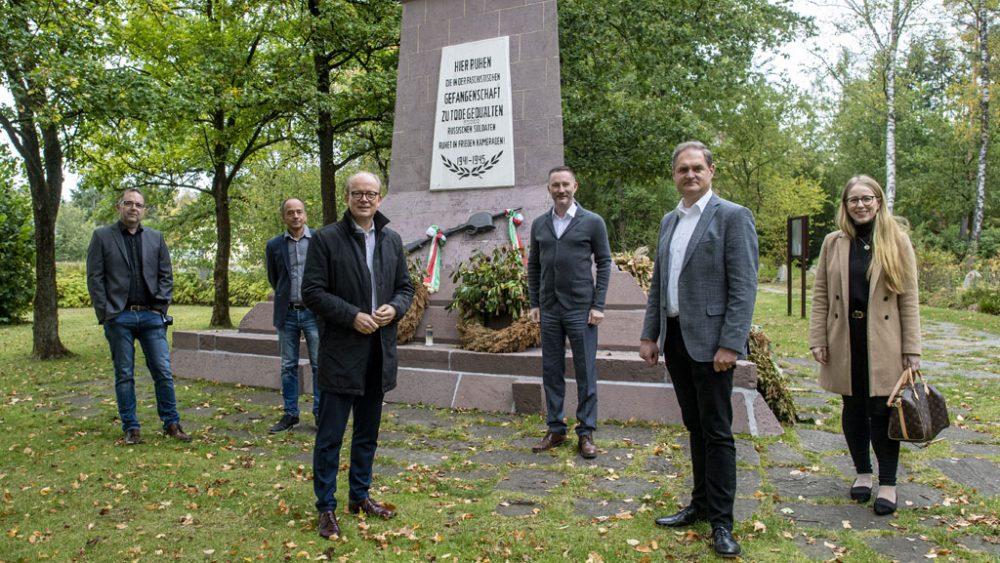 Gruppe vor einem Denkmal