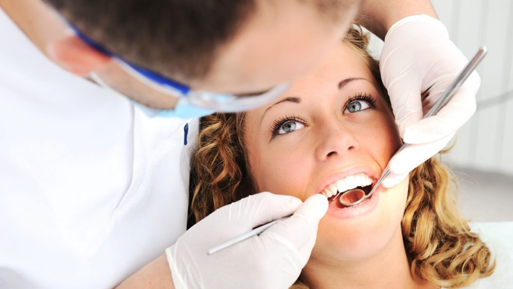 Zahnarzt behandelt junge Dame