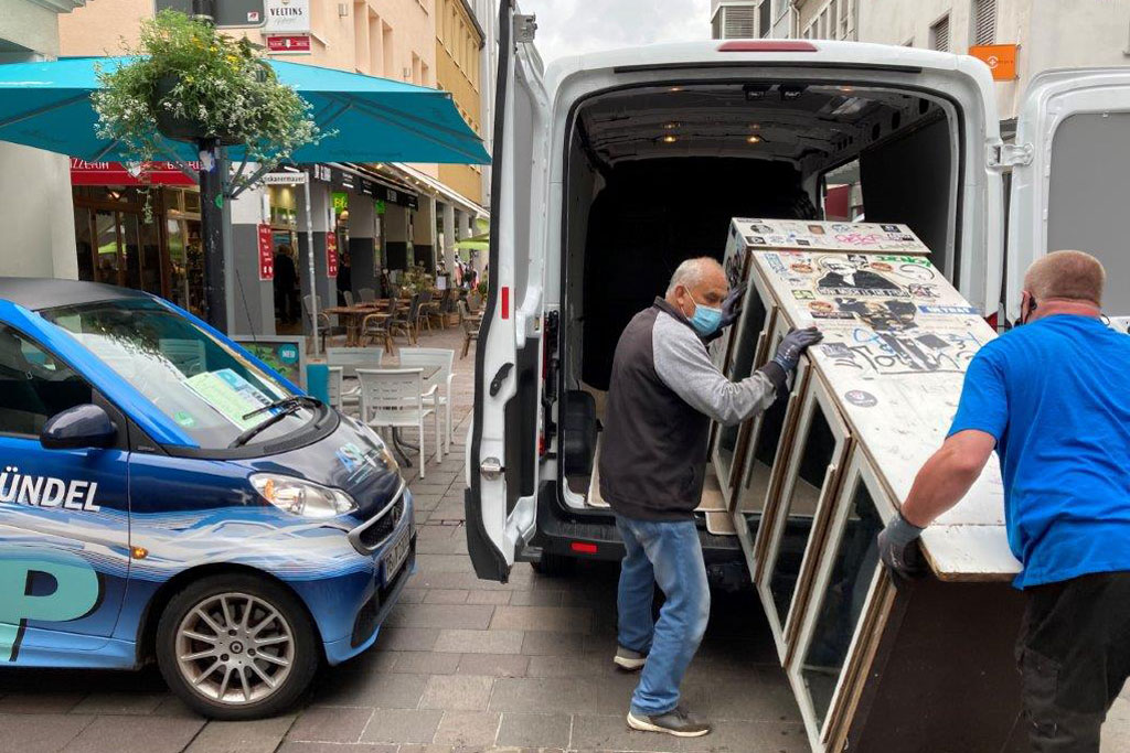 Ein Schrank wird in Transporter eingeladen